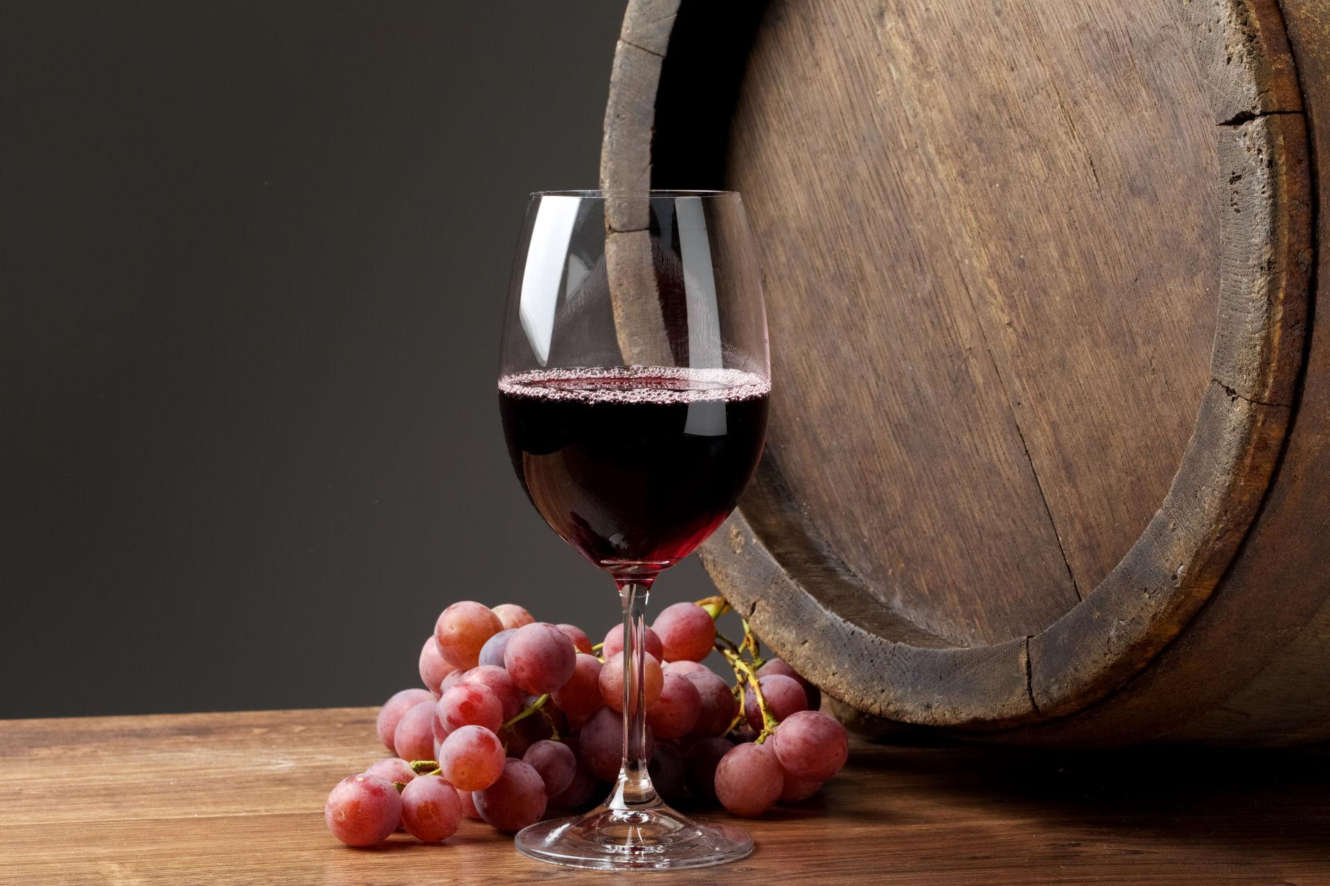 <p>Nabízíme<br /> <strong>KVALITNÍ VÍNA</strong><br />předních českých vinařů</p>